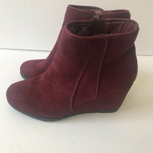 Canyon River Blues maroon suede wedges